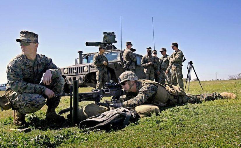 Dos marines estadounidenses, miembros del tercer batallón del octavo regimiento, ajustan sus armas para un entrenamiento de fuego abierto durante un ejercicio militar estadounidense. (Archivo/EFE)