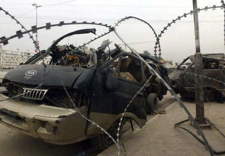 Vista de un vehículo dañado tras un atentado perpetrado en Ciudad Sadr, Bagdad (Irak). (Archivo/EFE)
