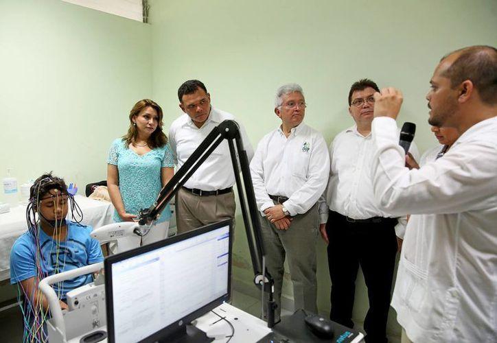 El gobernador Rolando Zapata y la presidenta del DIF estatal, Sara Blancarte, estuvieron presentes en la entrega de equipamiento a unidades especiales mecanoterapia, electroterapia, terapia de lenguaje, etc, para rehabilitar a personas discapacitadas. (Foto cortesía del Gobierno estatal)