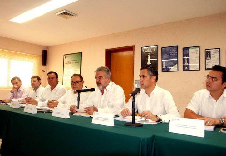 El secretario de Fomento Económico se reunió con empresarios, en donde se anunció que el Programa de Atracción y Fomento a la Inversión Nacional y Extranjera es el que mayores recursos privados detona en Yucatán. (Milenio Novedades)