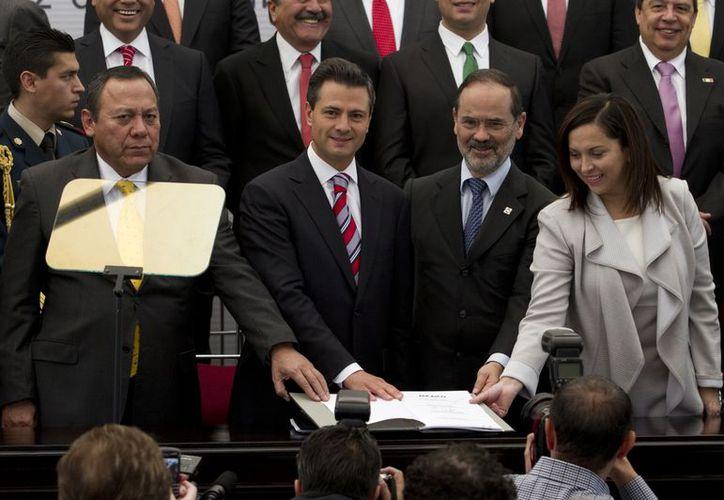 El presidente Peña Nieto y los dirigentes de los partidos Revolucionario Institucional (PRI), de la Revolución Democrática (PRD) y de Acción Nacional (PAN) suscribieron el Pacto por México, en el Castillo de Chapultepec. (Notimex)