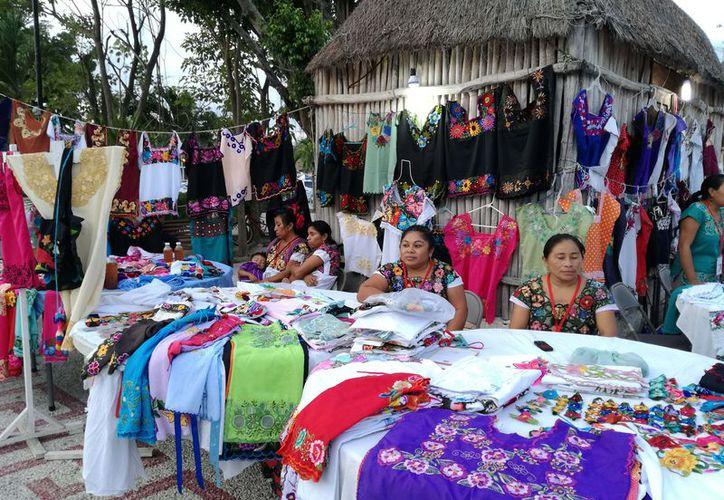 El Gobierno Federal también les otorga apoyo a los artesanos para la elaboración de sus productos. (Foto: Sara Cauich/SIPSE).