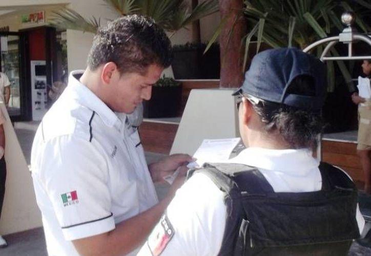 El taxista Diego Luna se quedó sin cobrar 600 pesos por el traslado de unos turistas que lo usaron de chofer.  (Redacción/SIPSE)
