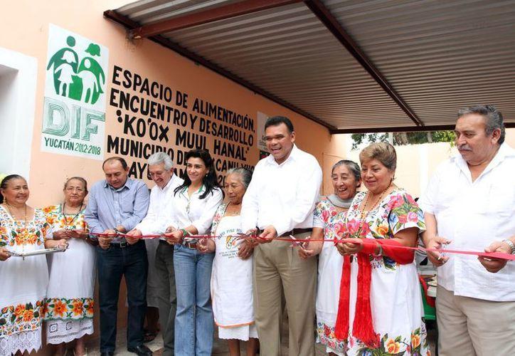 El Gobernador y su esposa inauguraron el comedor de Maxcanú. (Milenio Novedades)