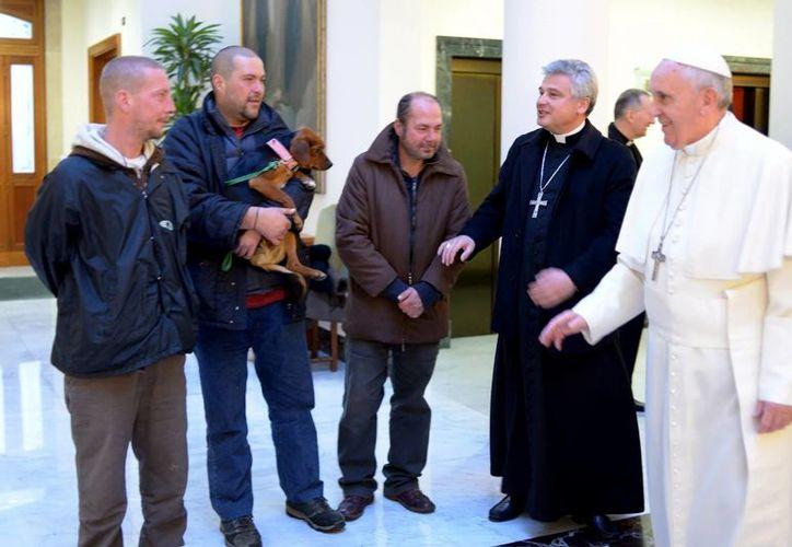 Cuatro vagabundos del barrio aledaño al Vaticano fueron elegidos por el limosnero del papa, el polaco Konrad Krajewski, para estar con el Papa. (Milenio Novedades)