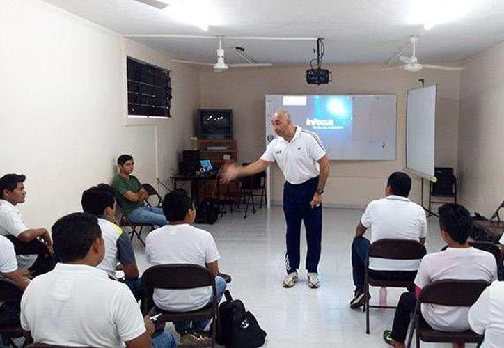 El ex árbitro profesional Mauricio Morales dando una plática en Anasur. (Milenio Novedades)