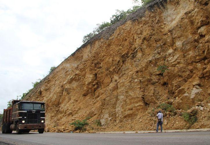 """El tramo carretero Rovirosa-Calderón ya es conocido como """"zona de la muerte"""", debido a las grandes rocas que caen durante y después de las lluvias. (Carlos Castillo/SIPSE)"""
