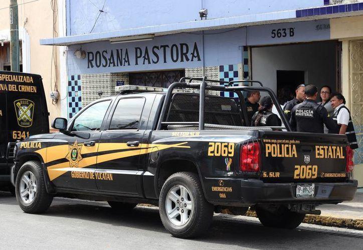 Elementos policiacos y del Semefo acudieron al hotel para recoger el cuerpo del artista callejero. (Milenio Novedades)