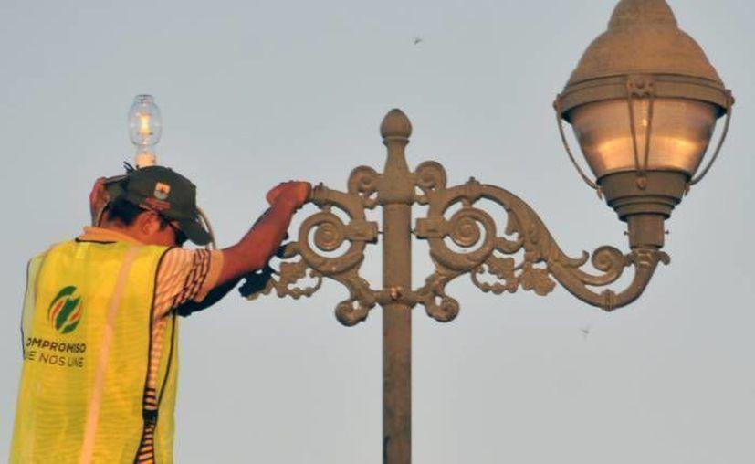 Trabajadores del Ayuntamiento realizan cambio de luminarias. (Archivo/SIPSE)