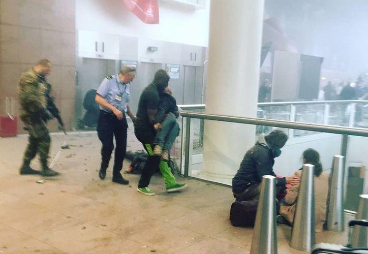 Esta foto proporcionada por Radiodifusión Pública de Georgia y fotografiado por Ketevan Kardava, muestra la escena en el aeropuerto de Bruselas en Bruselas, Bélgica, después de las explosiones de este martes. El Presidente de México aseguró que no hay mexicanos afectados en este ataque. (Ketevan Kardava / Radiodifusión Pública de Georgia a través de AP)