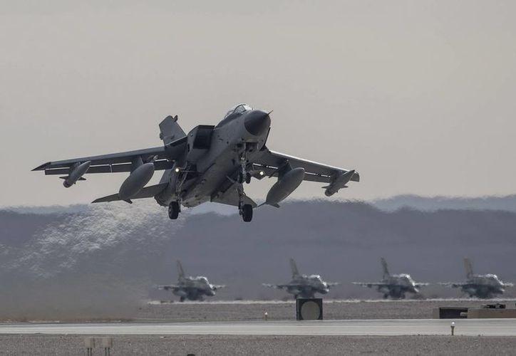 Un reactor italiano Tornado despega en el aeropuerto de Ovda, en el desierto del Negev al sur de Israel. (EFE)