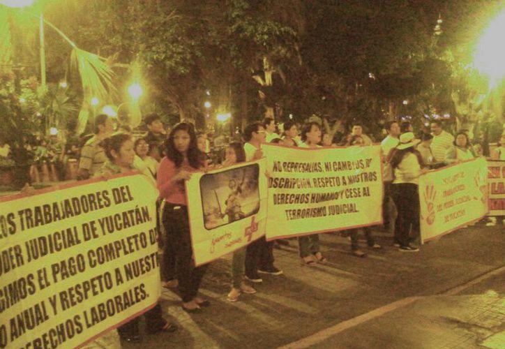 Empleados del Poder Judicial denunciaron este jueves falta de pago de prestaciones laborales. (Fotos: José Salazar/SIPSE)