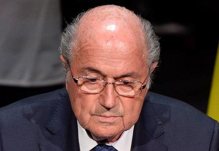 En una reunión urgente en FIFA, su presidente, Joseph Blatter, descartó solicitar su renuncia a pesar del escándalo mayúsculo en el seno del organismo, tras la publicación de casos de corrupción. (The Associated Press)