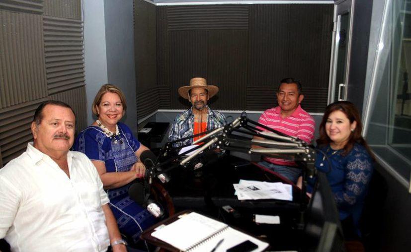 Los invitados del programa junto con los conductores del programa. (Milenio Novedades)