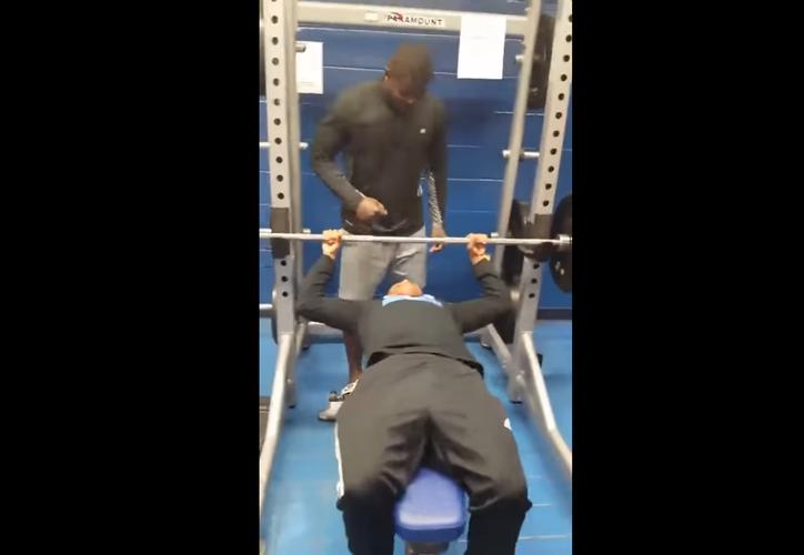 El sujeto intentó levantar 84 kilos y sucedió algo inusual. (Captura de pantalla/YouTube)
