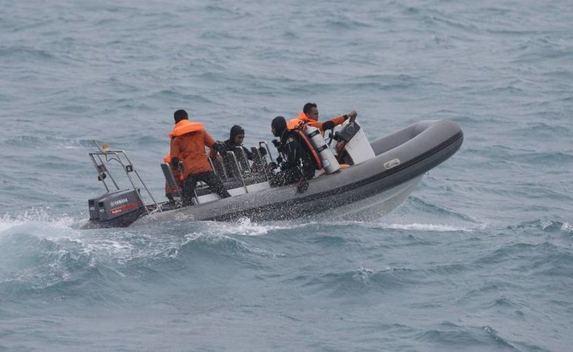 Este domingo, aprovechando la breve mejoría del clima, las autoridades reanudaron la búsqueda de cuerpos y partes del avión de AirAsia. (AP)