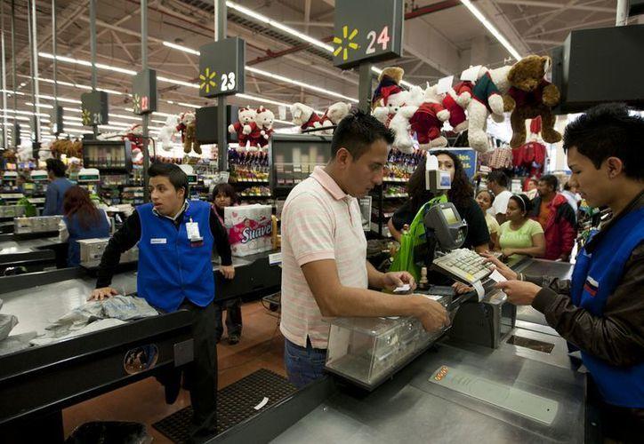 Un hombre paga en una caja de una tienda Wal-Mart en la ciudad de México, en esta fotografía de archivo del 18 de noviembre de 2011. (Agencias)
