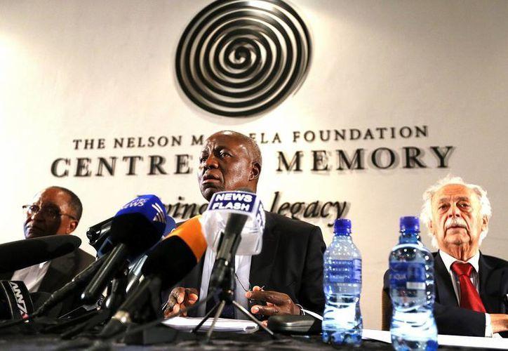 El vicepresidente del Tribunal Superior de Sudafrica, Dikgang Moseneke (c), durante la lectura del testamento de Nelson Mandela, el lunes 3 de febrero de 2014, en Johannesburgo. (Foto: AP)