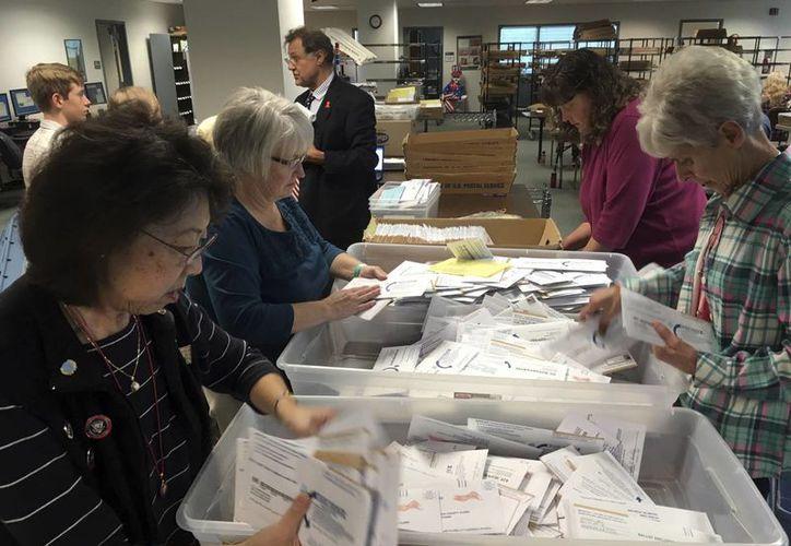 Las boletas electorales cuyo voto fue emitido desde el extranjero continúan llegando en grandes cantidades a las casillas de Estados Unidos. (AP)