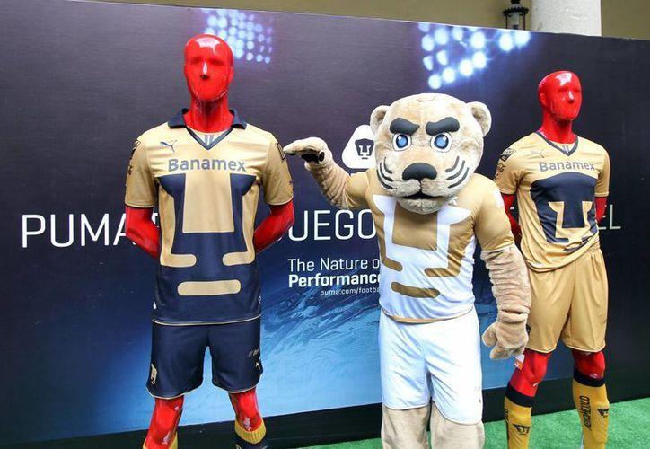 La mascota Goyo durante la presentación de la nueva piel de Pumas. (Notimex)