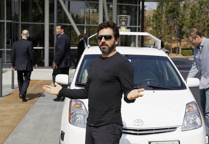 Fotografía de archivo del 25 de septiembre de 2012, del cofundador de Google Sergey Brin después de viajar en un coche sin conductor. (Agencias)