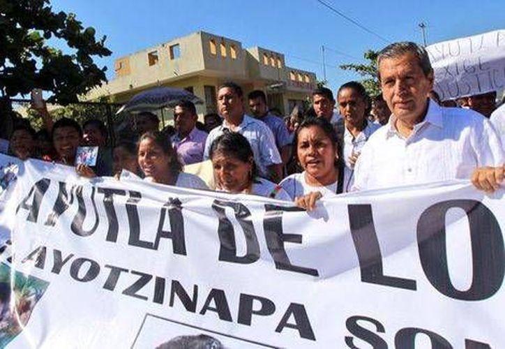 El gobernador Rogelio Ortega dijo que atenderá las demandas de los padres de los normalistas. (Milenio)