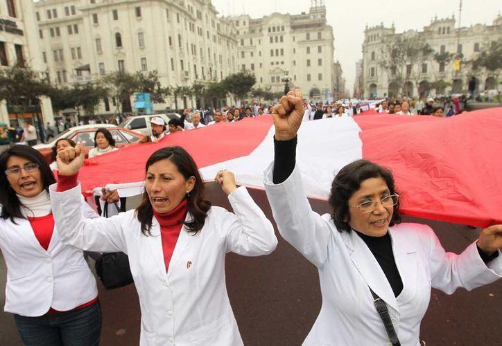 Cientos de médicos del sector público durante una protesta en Lima. (Archivo/EFE)