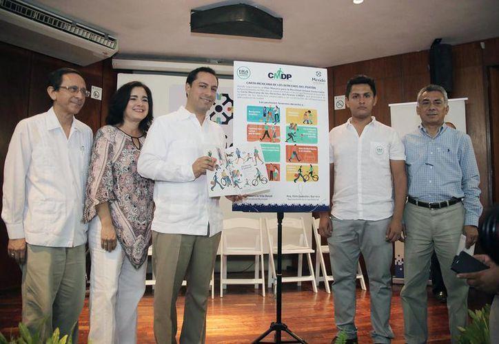 El alcalde firmó este sábado la Carta de los Derechos del Peatón, nuevo impulso a la movilidad urbana y la accesibilidad universal. (Foto cortesía del Ayuntamiento de Mérida)