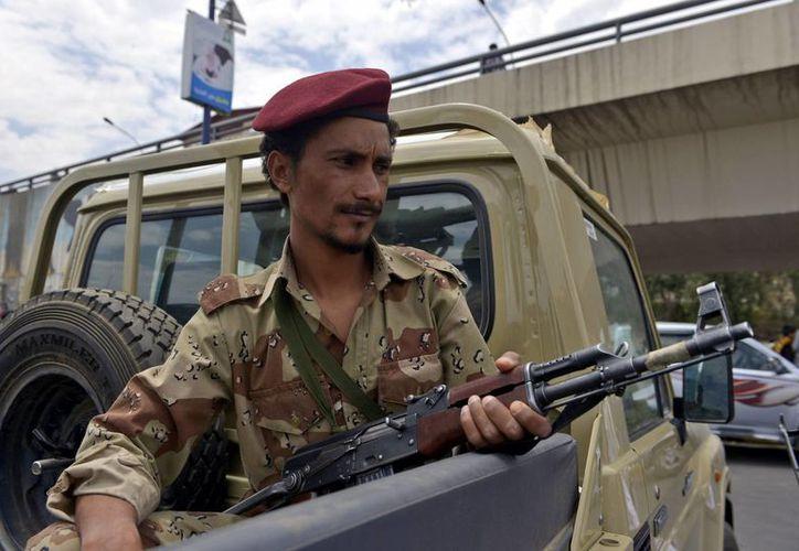 El intento de plagio de un funcionario del gobierno japonés ocurrió cerca de la embajada de Japón en la capital Sana. En la foto, un soldado yemení patrulla una calle en Saná. (EFE/Archivo)