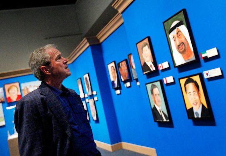 George W. Bush presentó ayer varios retratos que pintó en su faceta de 'artista plástico'. Ahí, habló de su relación con Vladimir Putin y con otros mandatarios. (Agencias)