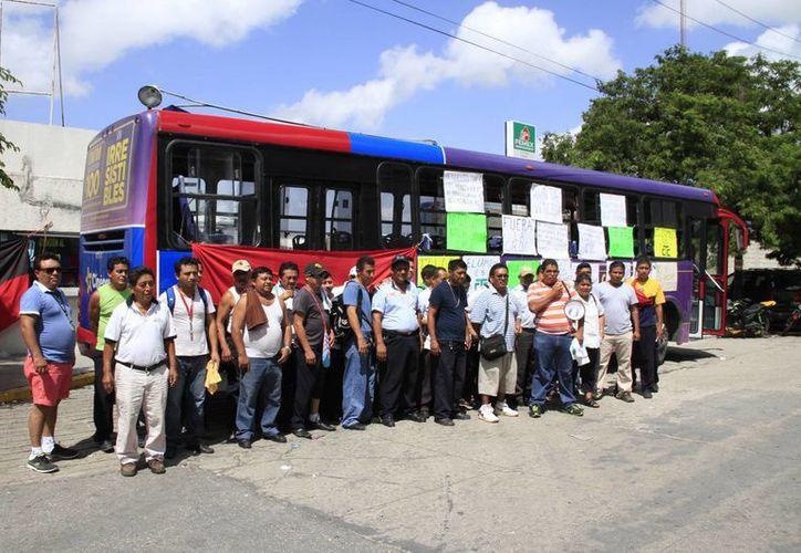 Los trabajadores que generaron el paro laboral se mantuvieron en las instalaciones de los dos encierros. (Tomás Álvarez/SIPSE)