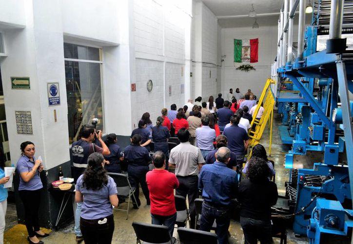 La traidicional misa a la Virgen de Guadalupe se realizó en el área de la rotativa de esta empresa. (Daniel Sandoval/ Milenio Novedades)
