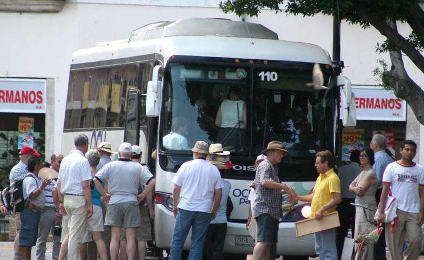 Los operadores de transporte turístico en Yucatán movilizan en esta temporada un promedio de 55 mil personas a la semana. (Milenio Novedades)