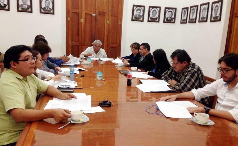 El alcalde José Isabel Cortés aseguró que no estaba enterado de que la realización del trabajo lo ofrecen otras empresas en un menor precio. Imagen de la sesión de Cabildo de Progreso. (Milenio Novedades)