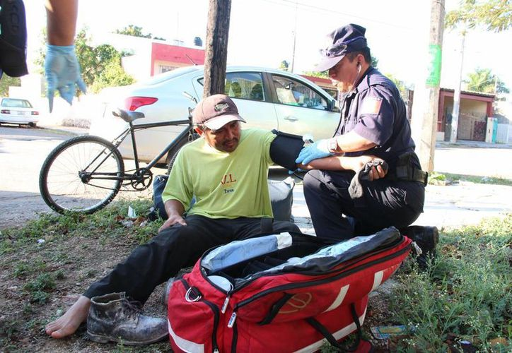 Paramédicos atendieron al ciclista que afortunadamente no presentó heridas de consideración. (SIPSE)