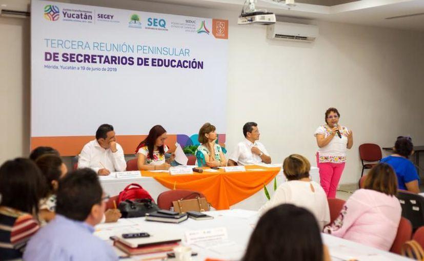 En las mesas de trabajo se discutió tópicos como el programa de alfabetización en lengua maya. (Novedades Yucatán)