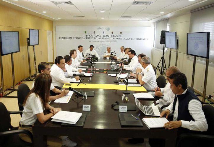El secretario de Gobernación, Miguel Ángel Osorio Chong, encabezó una reunión del Programa Frontera Sur en La Trinitaria, Chiapas.(Notimex)