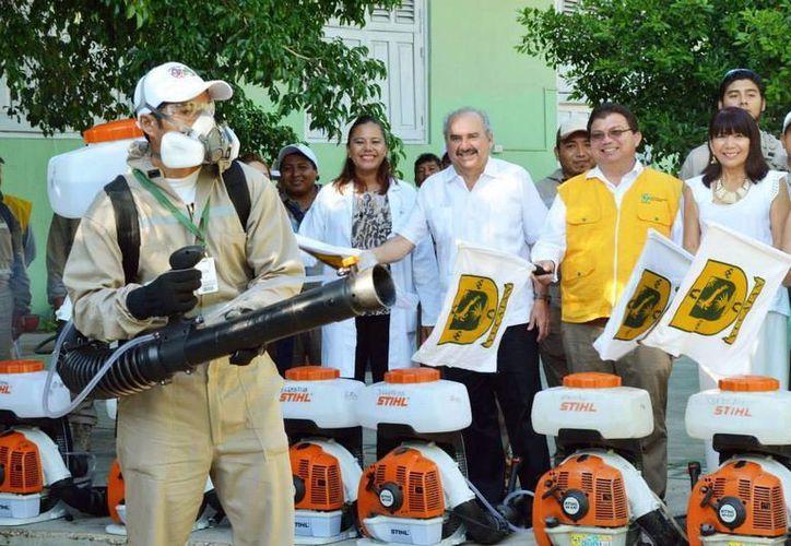 """El operativo de fumigación escolar para combatir al mosco que transmite el dengue y el virus del chikungunya comenzó en la primaria """"Nicolás Bravo"""" de Mérida. (SIPSE)"""
