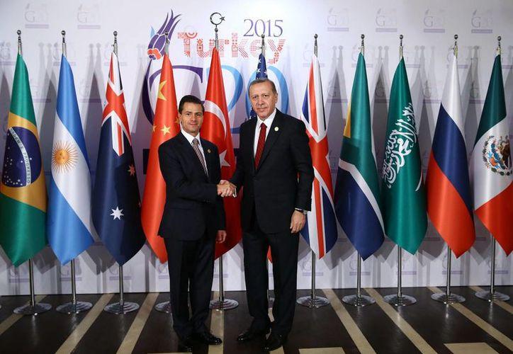 Peña Nieto participa en la Cumbre del Grupo de los 20, en Turquía. Aquí con el primer ministro de esa nación eurasiática, Recep Tayyip Erdoğan. (Notimex)