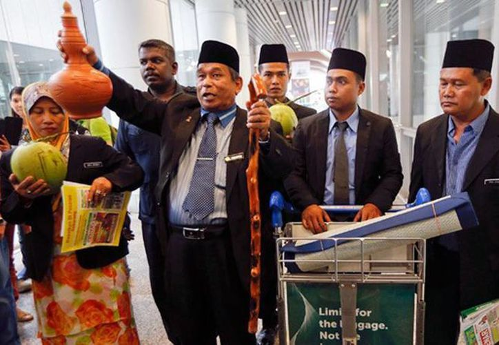 El chamán Ibrahim Mat Zin y un grupo de ayudantes llevaron a cabo un ritual dentro del aeropuerto internacional de Kuala Lumpur. (RT)