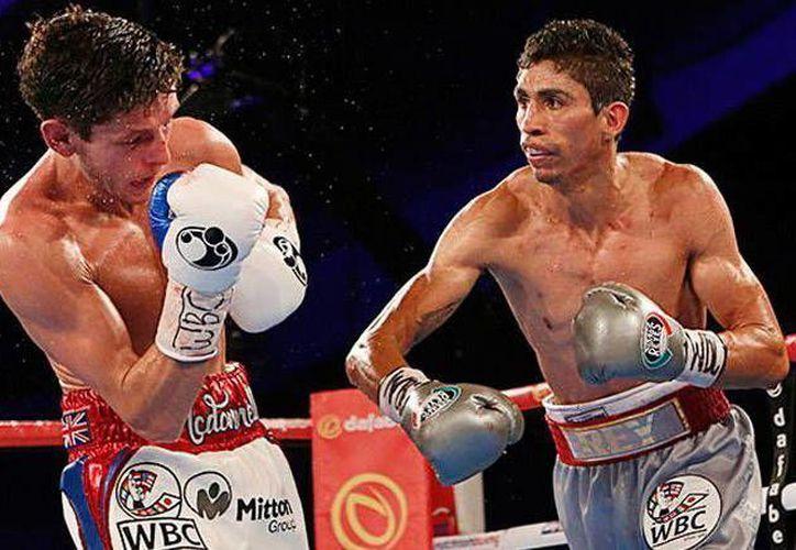 El mexicano Rey Vargas(der.) dio la gran sorpresa frente al inglés Gavin McDonnell, en la pelea celebrada en Yorkshire, Inglaterra.   (Notimex)