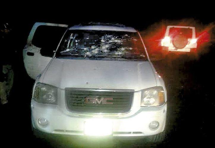 Imagen de la camioneta blanca en la que viajaba una familia que fue atacada a balazos en el municipio de Buenavista Tomatlán en Michoacán. (Milenio)