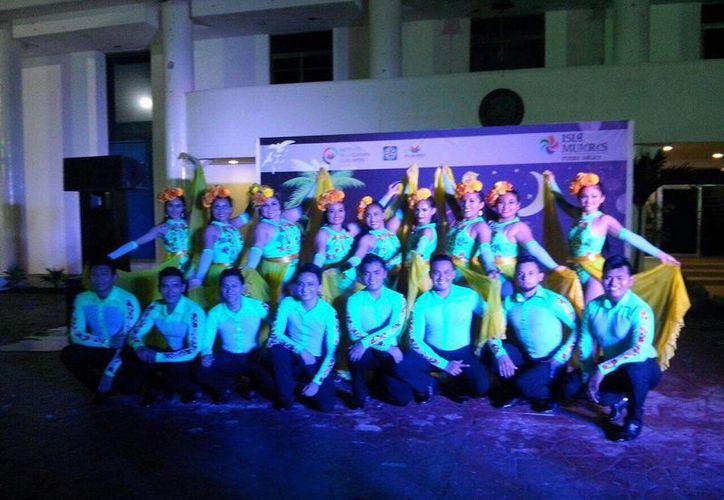 La Compañía Danza Fusión Latina se presentó en Las Noches de Pueblo Mágico en Isla Mujeres. (Redacción/SIPSE)