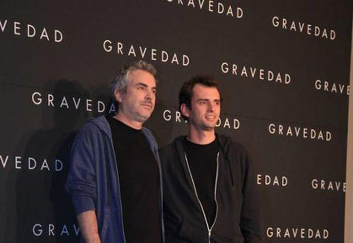 Alfonso Cuarón y su hijo Jonás en la presentación de 'Gravity' en la Ciudad de México. (Agencias)