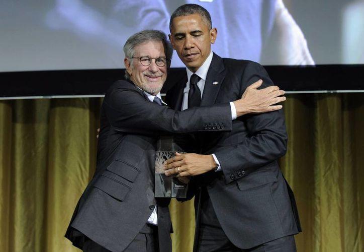 Obama recibe un abrazo del director de cine Steven Spielberg luego de recibir el premio de la Fundación Shoah. (Agencias)