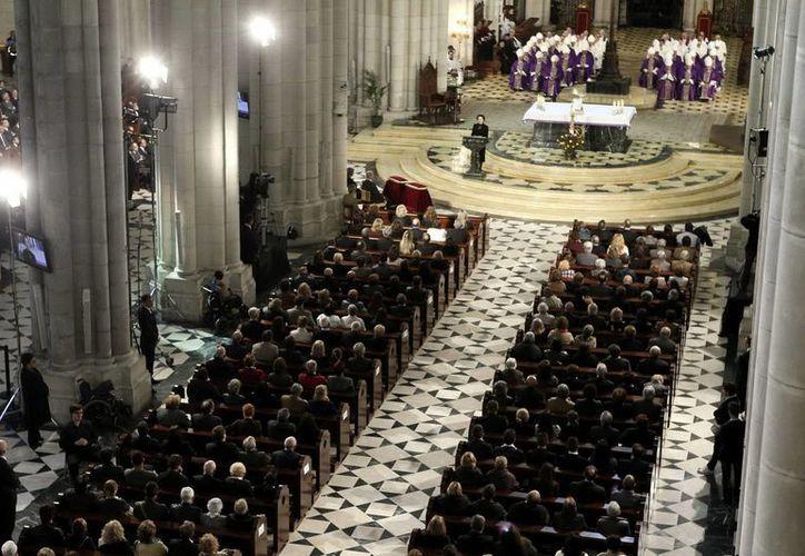 Vista general de la catedral de la Almudena, en Madrid, donde se recordó a las víctimas del atentado terrorista en trenes de Madrid en 2004. (EFE)
