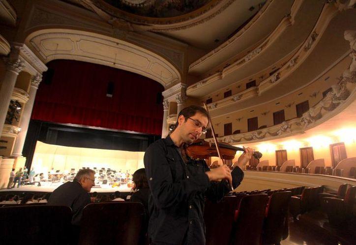 El violinista Emanuel Salvador regresa a Mérida para interpretar a Mendelssohn este domingo. (Milenio Novedades)