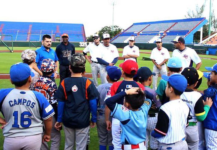 Niños y jóvenes de varios clubes de Cancún se presentaron en el estadio Beto Ávila. (Raúl Caballero/SIPSE)