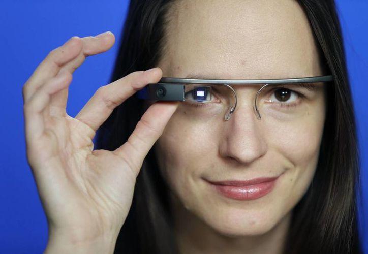 Barbara Ortutay al ponerse los Google Glass antes de salir a las calles de Manhattan. (Agencias)