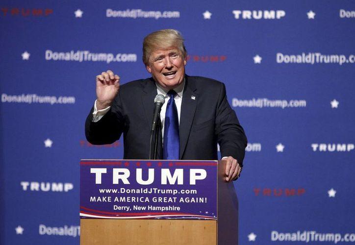 Donald Trump se negó a aceptar preguntas por parte del periodista Jorge Ramos, de Univisión, empresa que semanas antes rompió relaciones con el magnate. (AP)